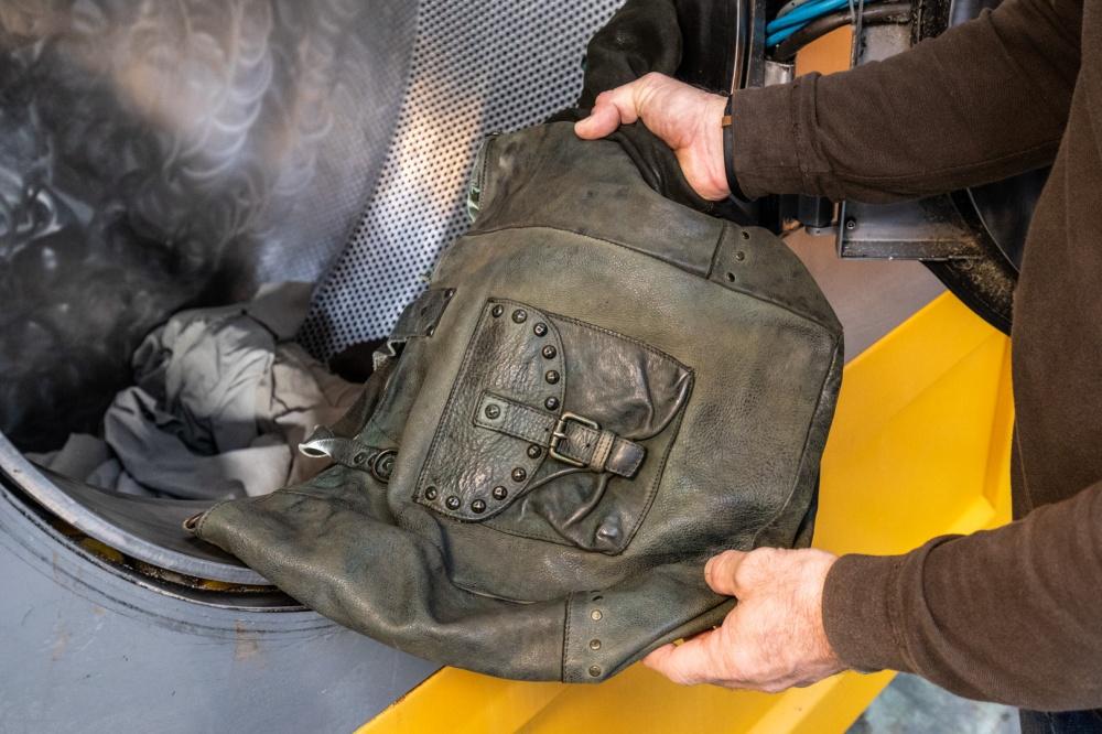 rifinitura borsa in pelle con prodotto chimico
