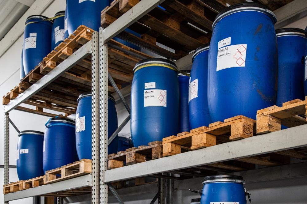 scaffali contenenti prodotti chimici per pelle